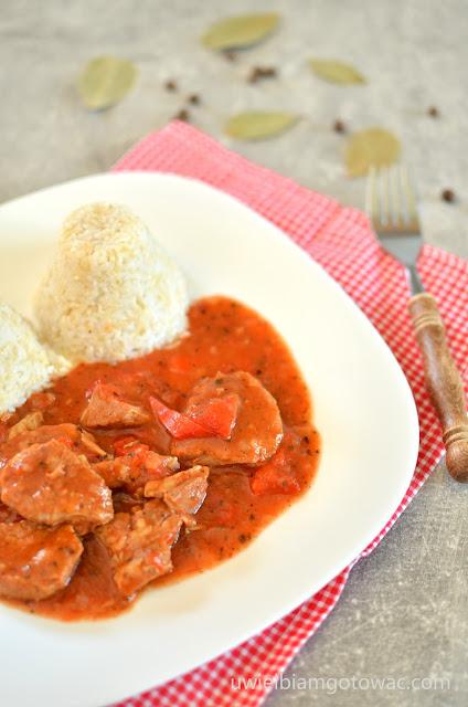 Schab duszony z papryką w pomidorach