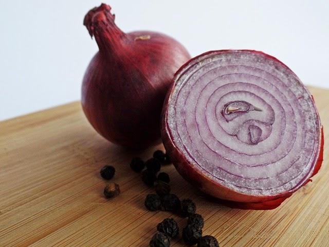 cebolla roja en la cocina de la abuela
