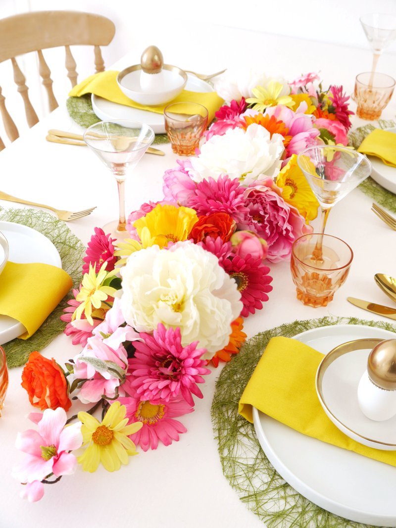 DIY Floral Table Runner - learn to make this easy table decor centerpiece for your Easter brunch, baby or bridal showers, weddng or Spring parties! | BirdsParty.com @BirdsParty