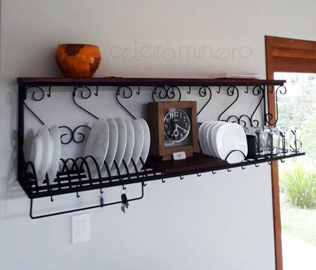 Paneleiro de ferro e madeira em casa de cliente do Celeiro Mineiro Móveis Rústicos