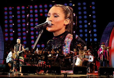 Foto de Damaris cantando en el escenario