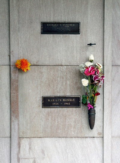 Nicho de Richard Poncher encima de la tumba de Marilyn Monroe