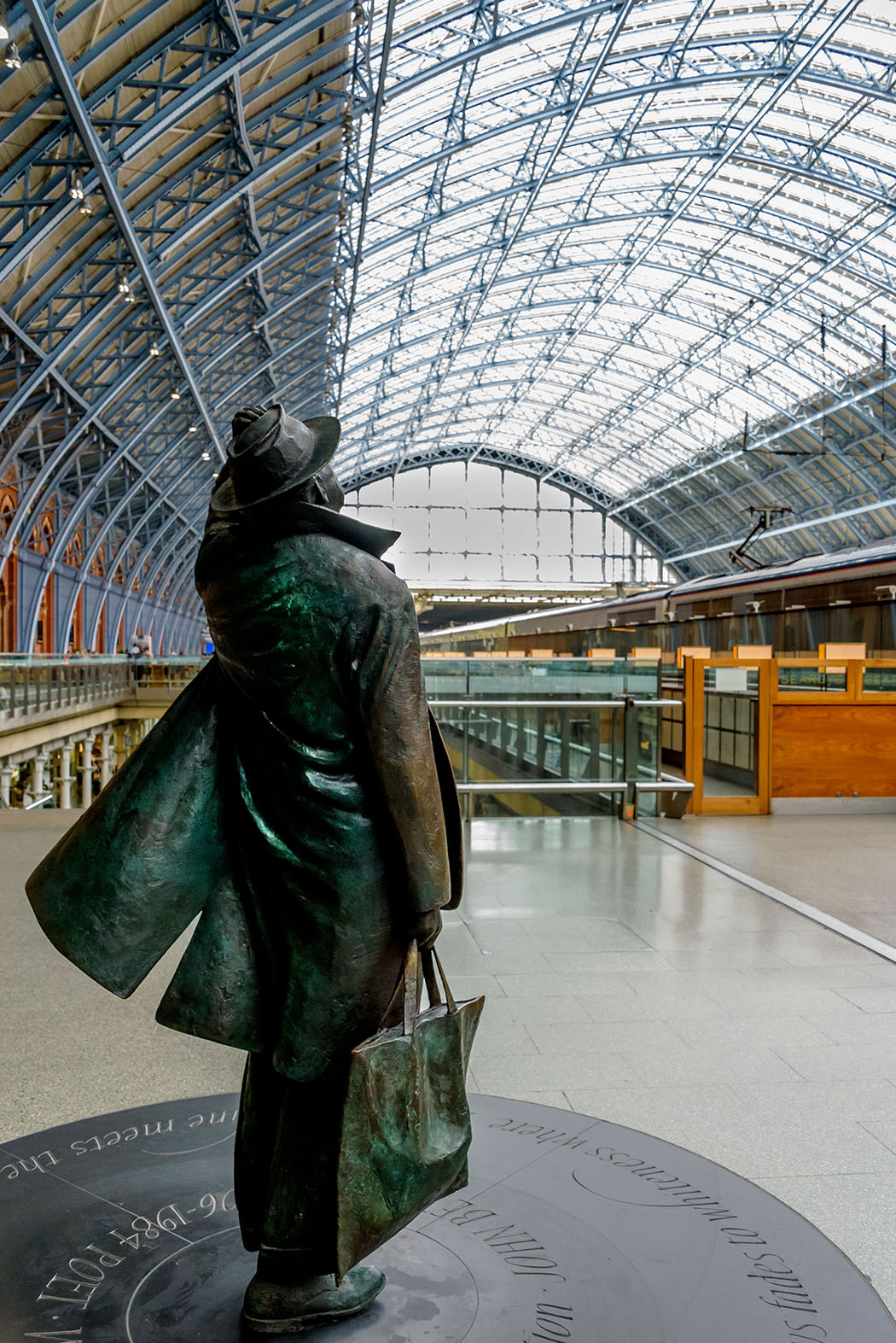 The_traveller_at_St_Pancress%255B1%255D.JPG