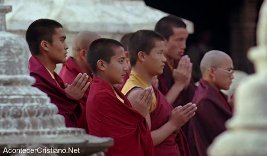 Monjes budistas reciben el Evangelio