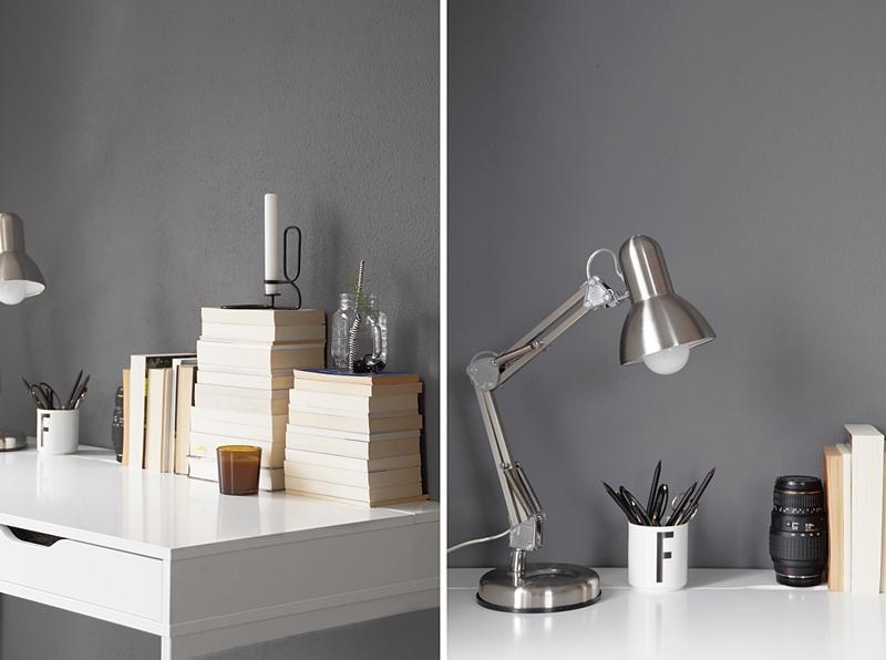 Schreibtisch im skandinavisch-minimalistischen Stil herbstlich dekorieren mit umgedrehten Bücherstapeln, Kerzen, Leuchte, Objektiv und Designletters Becher in schwarz, weiß, grau, natur, braun | Tasteboykott