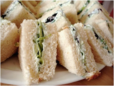 Creamy cheese sandwich with cucumber and apple slices