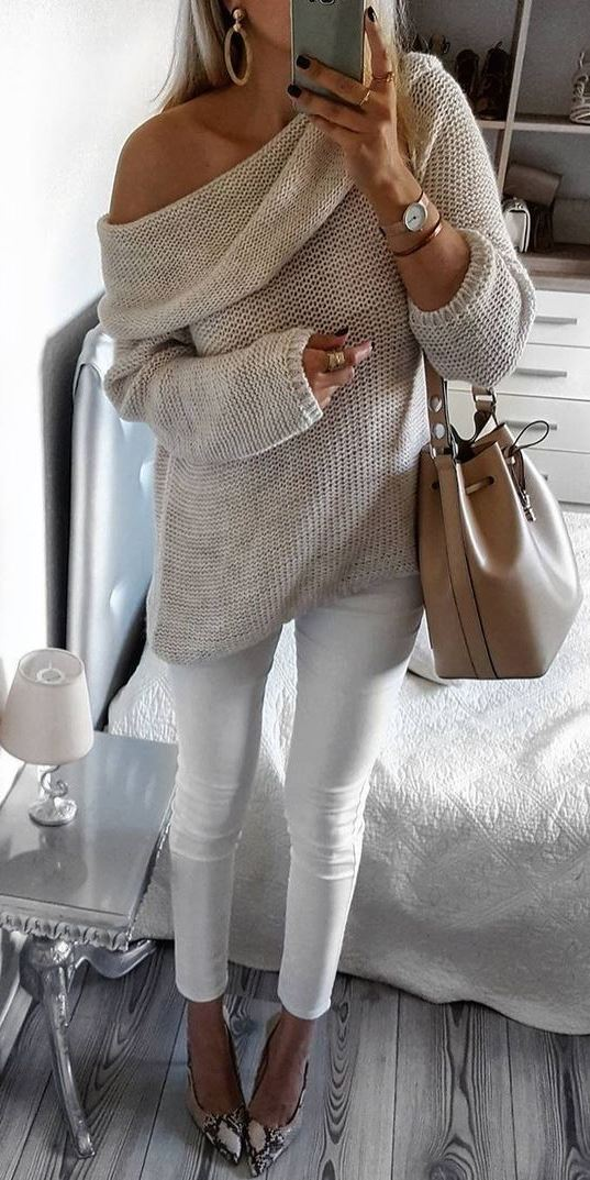 how to style an one shoulder sweater : nude bag + white skinnies + heels