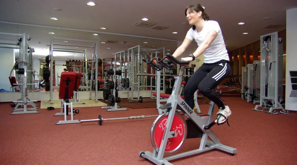 cewek cantik anik sepeda di dalam Gym