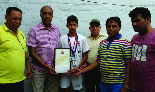 जिला फुटबाल संघ ने अमन एव उसके पिता को 11 हजार की राशि की भेट