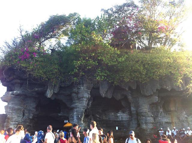 岩の下から見た寺院
