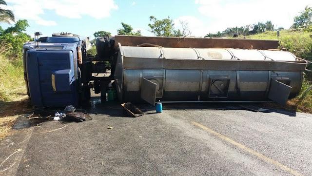 Caminhão tanque carregado com leite perde o controle e tomba na zona rural