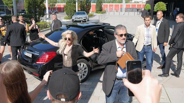 FOTOS HQ Lady Gaga llegando a evento de Universal Music Alemania en Berlin