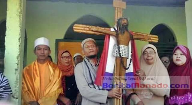 Berdalih Mengatasnamakan Toleransi, Ustad Ini Jemput Kayu Salib Dan Bahkan Mampir Di Mushola