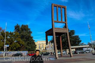 Narsis di depan 3 legged chair