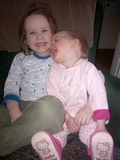 sisarukset halaavat