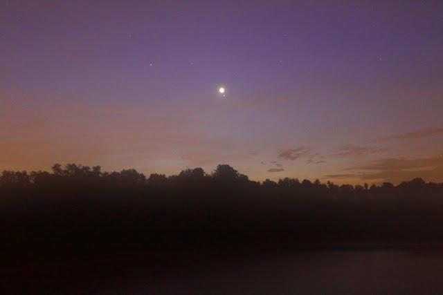 Sao Kim và sao Regulus nằm gần nhau trên bầu trời Pralormo, nước Ý vào buổi chiều ngày 20 tháng 9 năm 2009. Hình ảnh: Marco Busi.