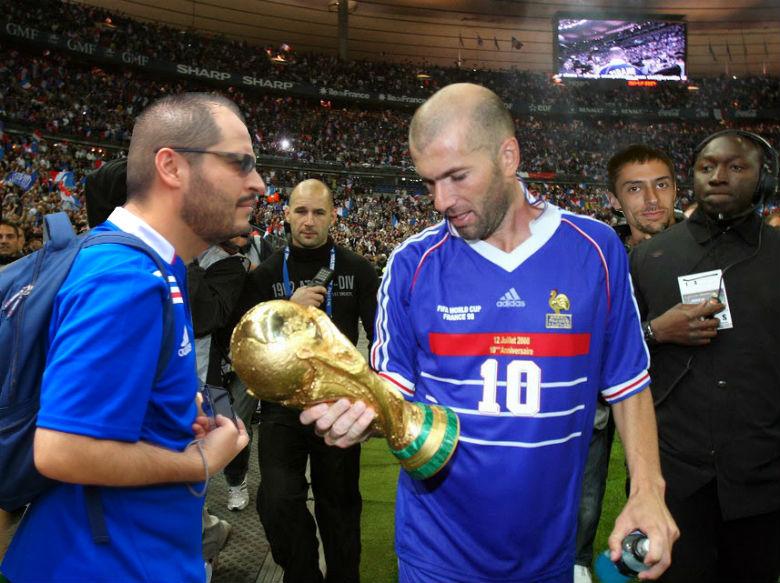 ec41dc6e3700e França utilizou duas armas poderosas para vencer a Copa... Camisa azul da  Adidas (C) e Zinedine Zidane.