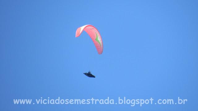 Paraglider sobrevoando o Morro Ferrabraz