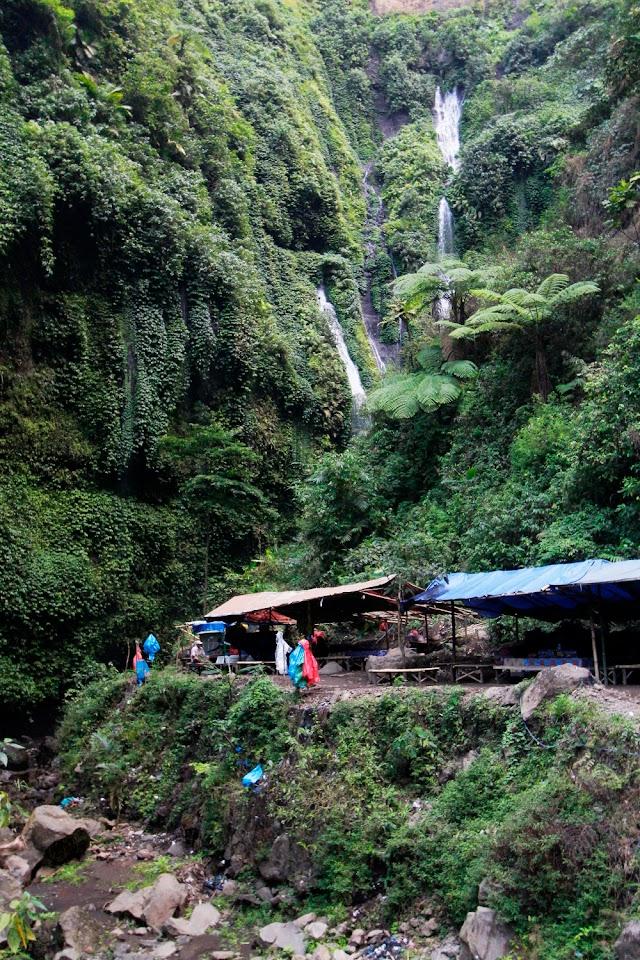 Puestecillo de alquier de chanclas y ponchos cerca de la cascada Madakaripura