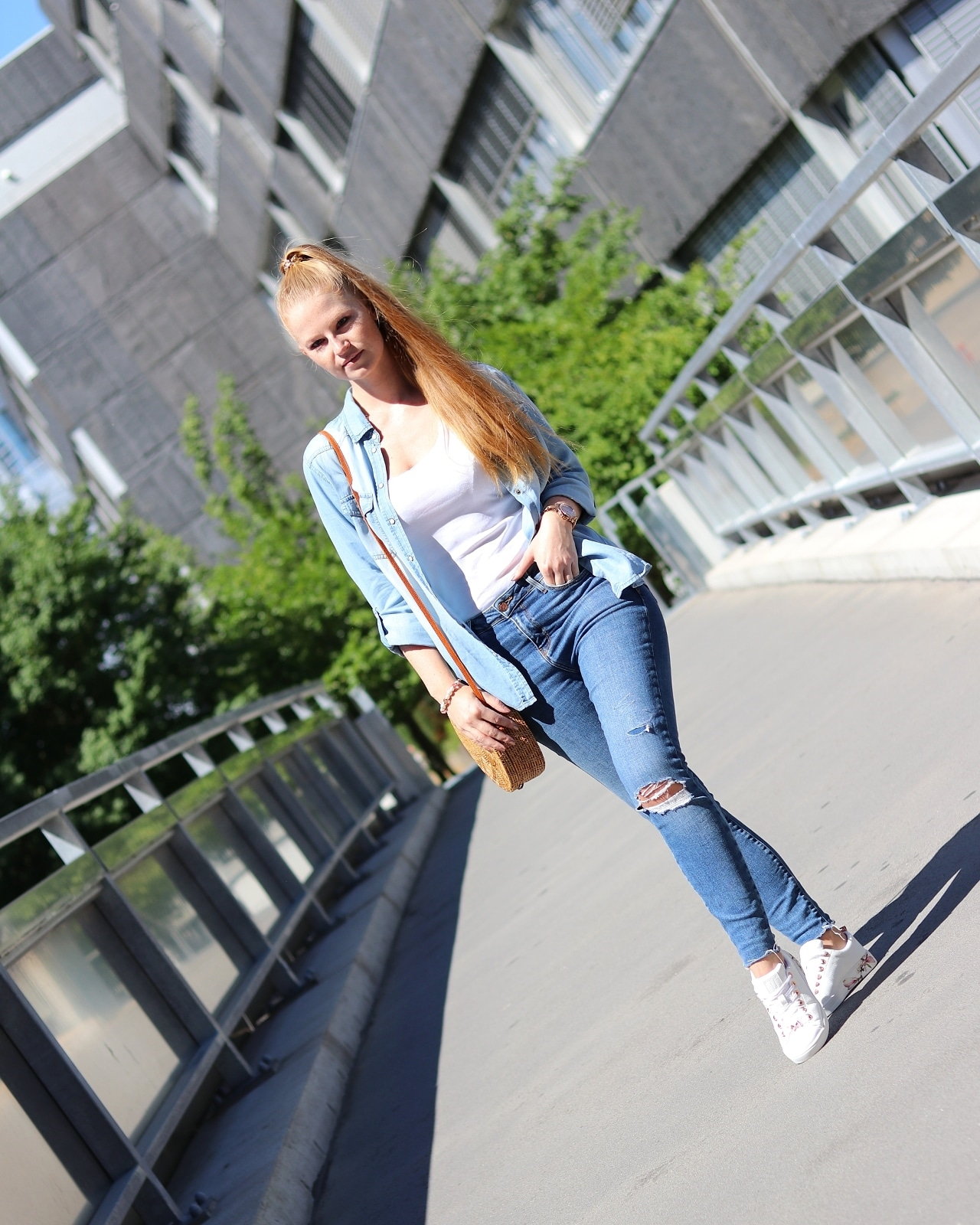 fashion blogger, fashionschuh.de onlineshop, florale prints, fotoshooting in hamburg, high waist jeans, jeanshemd, lässiger denim look, roségold, schuhe online kaufen, ted baker, top mit spitze, weiße sneaker,