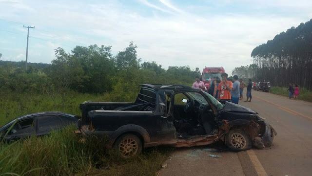 Mulher fica presa as ferragens em acidente na BR 319