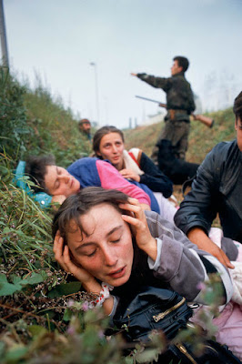 Kobiety chronią się przed ostrzałem artyleryjskim schronienia w przydrożnym rowie, Chorwacja 1991r.