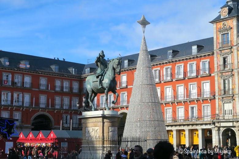 マヨール広場のクリスマスツリーに太陽が降り注って輝いている様子