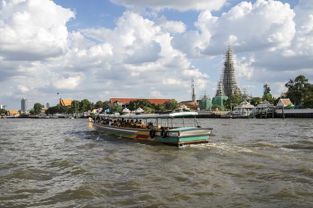 Navigazione sul fiume Chao Phraya e tempio Wat Arun a Bangkok