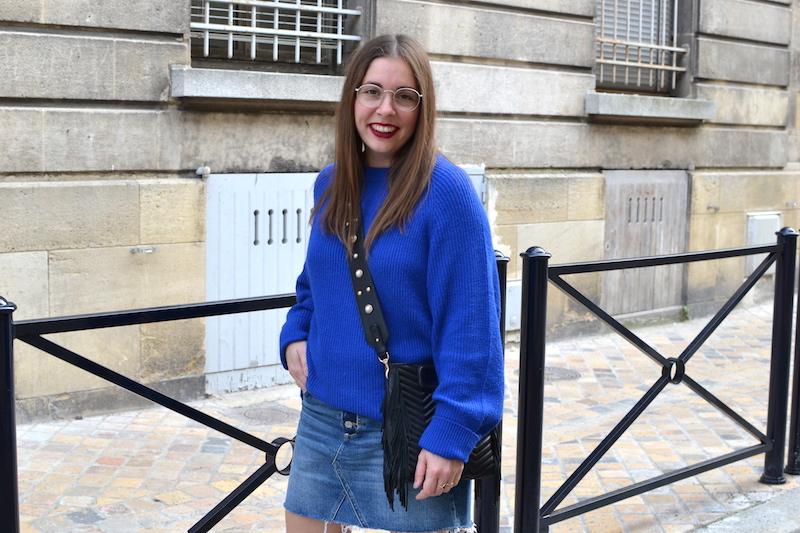 jupe en jean H&M, pull bleu électrique Pimkie, sac M Maje, bandouliere perle stradivarius