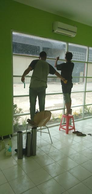 Proses pasang kaca film gedung kantor