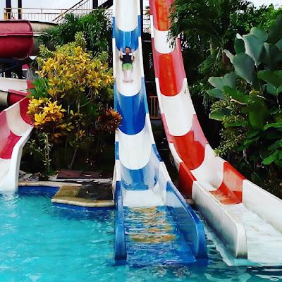 foto bermain seluncur di balong waterpark
