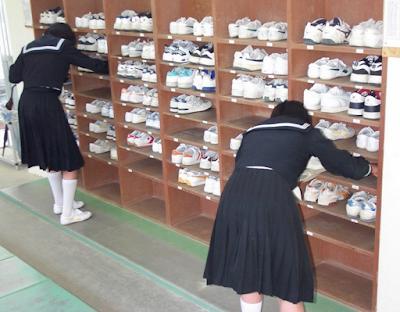 Menggunakan_Sepatu_Indoor_ketika_masuk_gedung_sekolah
