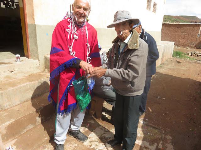 In Bolivien darf der Padre auch Kokablätter an seine Schafe verteilen