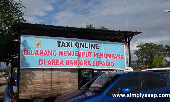 LARANGAN : Spanduk larangan Taxi Online mengangkut penumpang di Bandara oleh pihak tertentu di Bandara Supadio.  Foto Asep Haryono