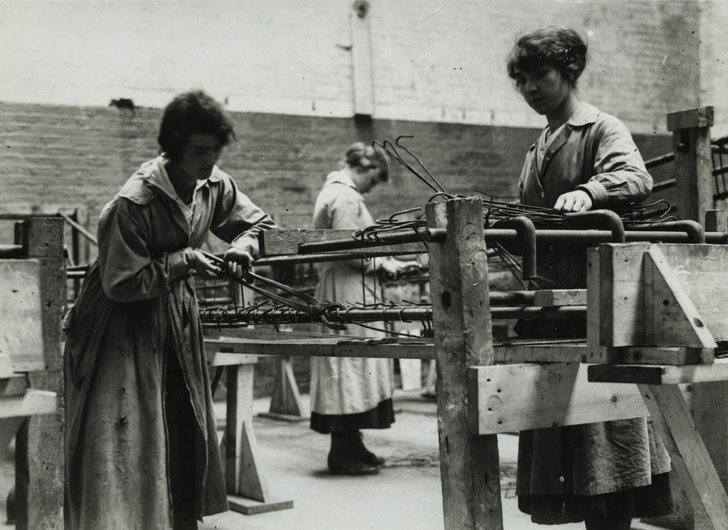 66 Vintage Photographs Documenting British Women At Work
