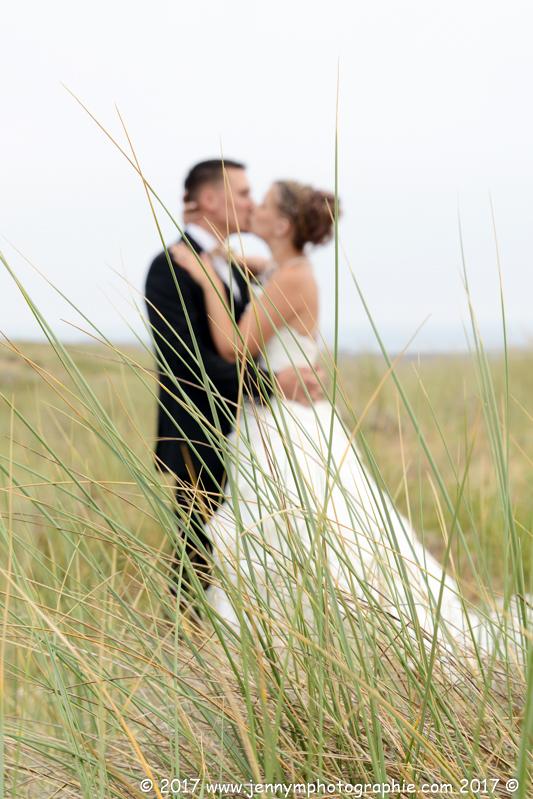 photo mariés dans les dunes bisou