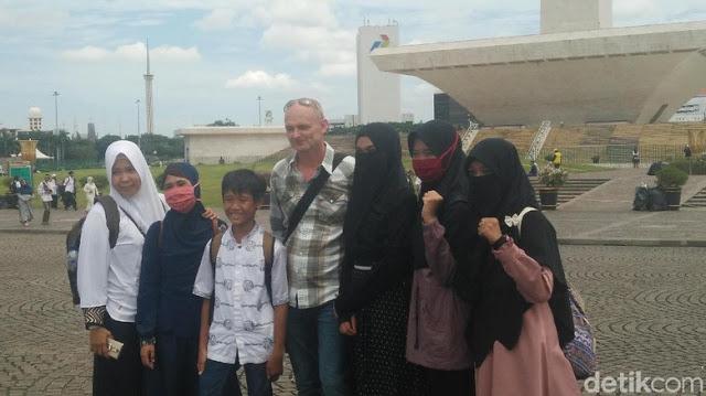 Cerita Bule Austria Terkejut Lihat Reuni 212 di Monas