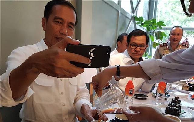 Ngopi Bareng Menteri, Foto Presiden Jokowi Ini Bikin Netter Salah Fokus! Lihat Casing HP-nya