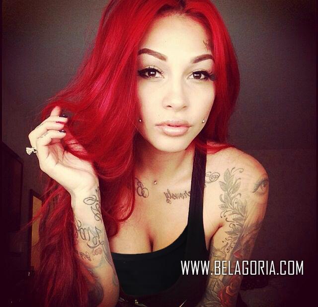 Chica de pelo rojo con tatuajes espectaculares