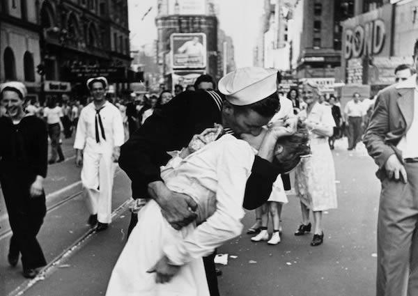 Foto Ciuman Hot yang Menghebohkan Dunia