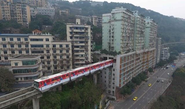 Το τρένο που περνάει μέσα απο τον 6ο όροφο πολυκατοικίας!
