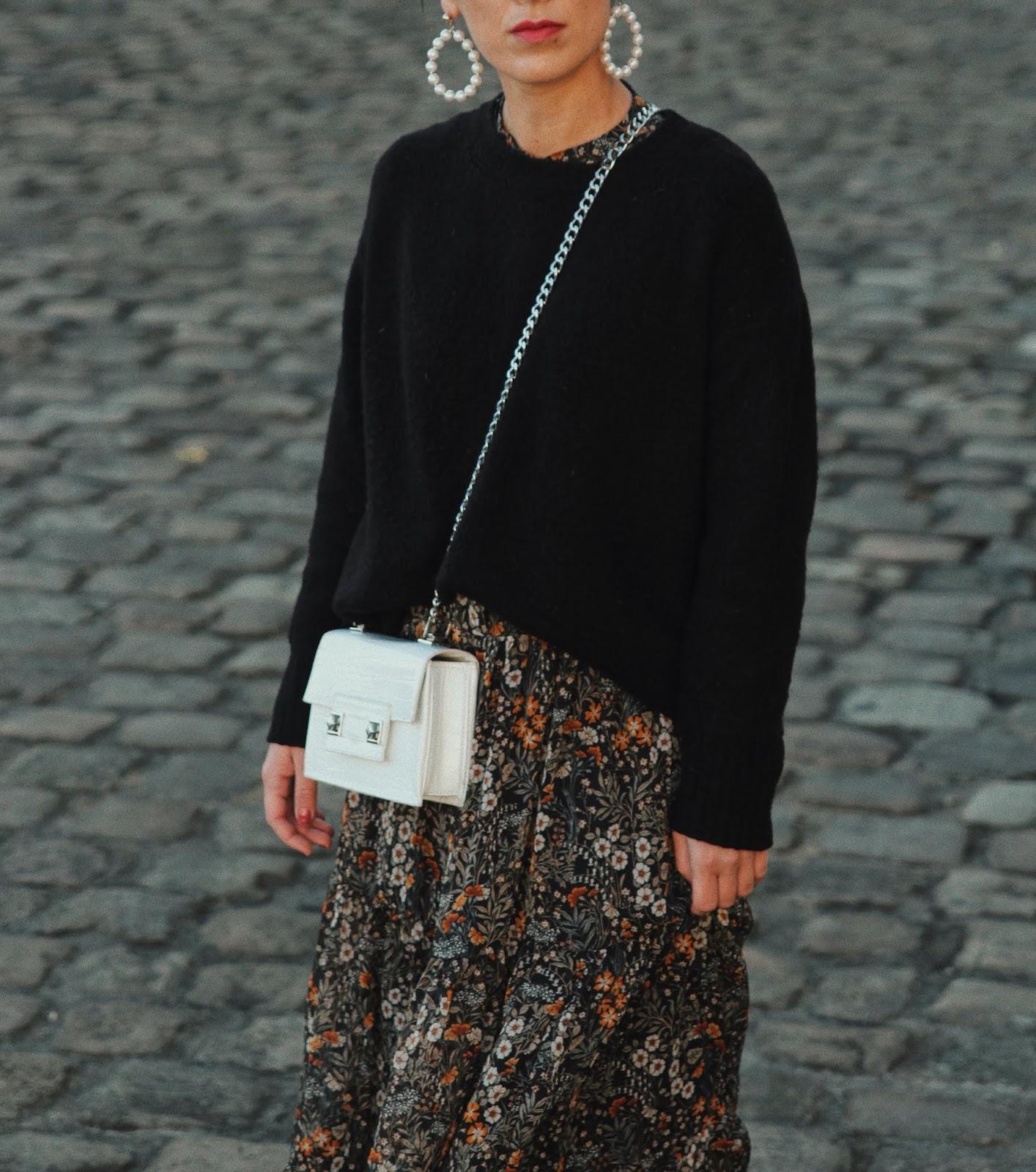 idée de look robe à fleurs, pull oversize et sneackers blanche, blog mode