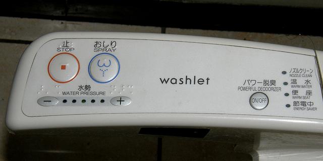 Cách sử dụng nắp rửa điện tử TOTO 2018