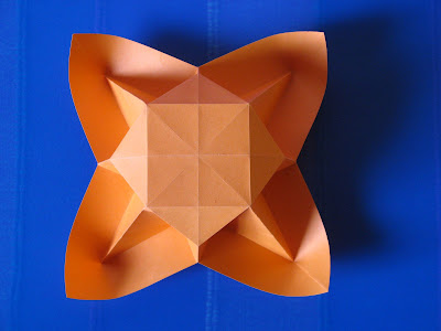 Origami: Vaso con petali, vista dal basso - Vase with petals, bottom view