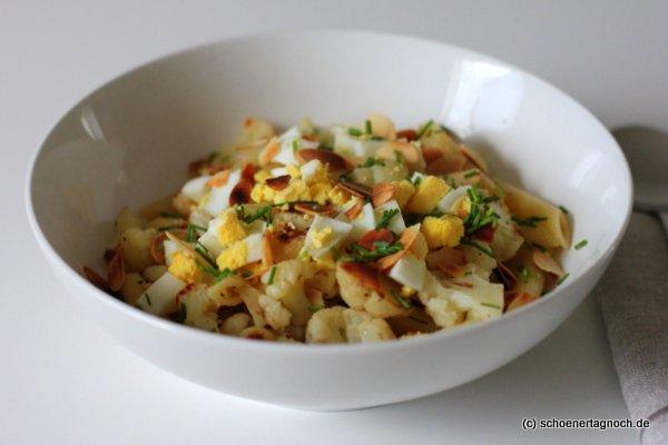 Penne mit geröstetem Blumenkohl, gekochtem Ei, gerösteten Mandeln und Schnittlauch