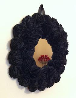 siyah güllerle süslü ayna dekoratif ayna