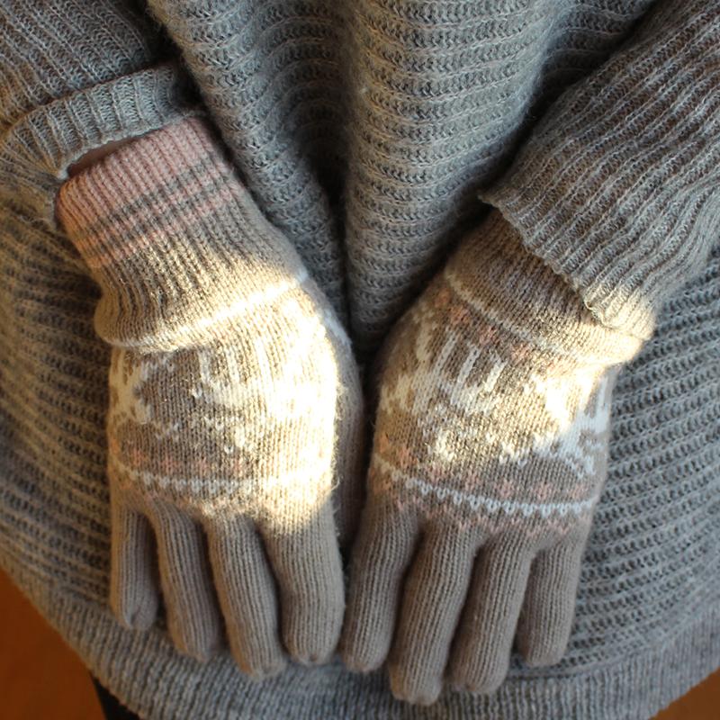 szary sweter, rękawiczki