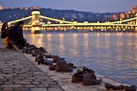 Green Pear Diaries, arte, esculturas, estatuas, Los zapatos en el Paseo del Danubio, Budapest, Hungría