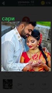 мужчина и девушка одетая в сари стоят рядом