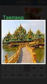 тропинка ведет к небольшим домикам в традиционном стиле Таиланда